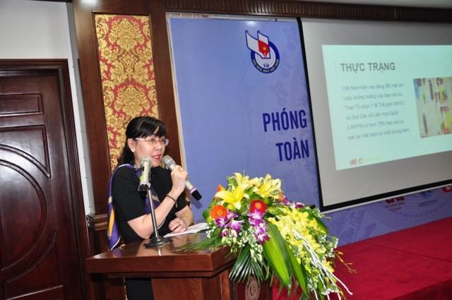 Bà Lê Quỳnh Lan, Đại diện DKT cung cấp thông tin về sử dụng bao cao su dự phòng lây nhiễm HIV