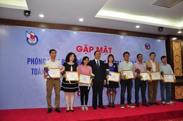 Ban tổ chức trao chứng nhận và hoa cho các tác giả đạt giải ở Báo In