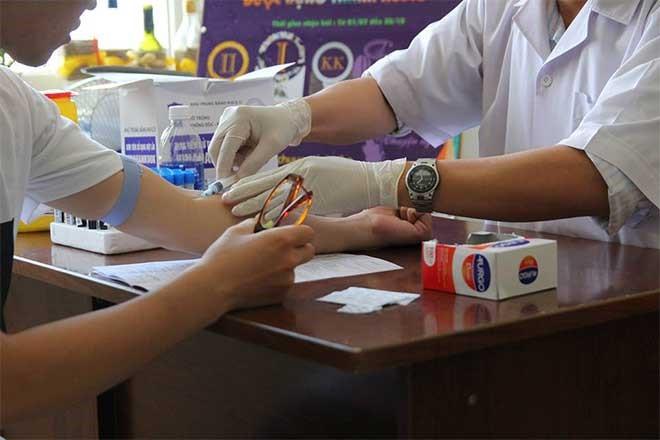 Lấy máu xét nghiệm HIV