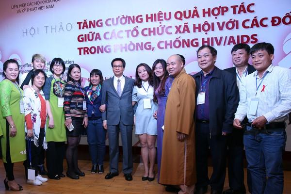 Phó Thủ tướng chụp ảnh lưu niệm với với các tổ chức xã hội phòng, chống HIV/AIDS và người nhiễm HIV tại Hội thảo