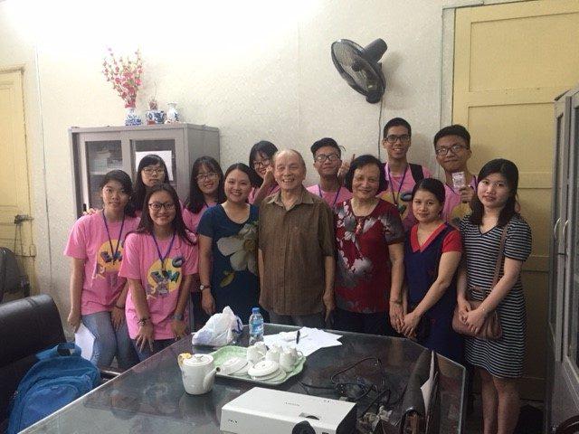 Nhóm học sinh Trường THPT Hà Nội-Amsterdam mặc áo mầu hồng.