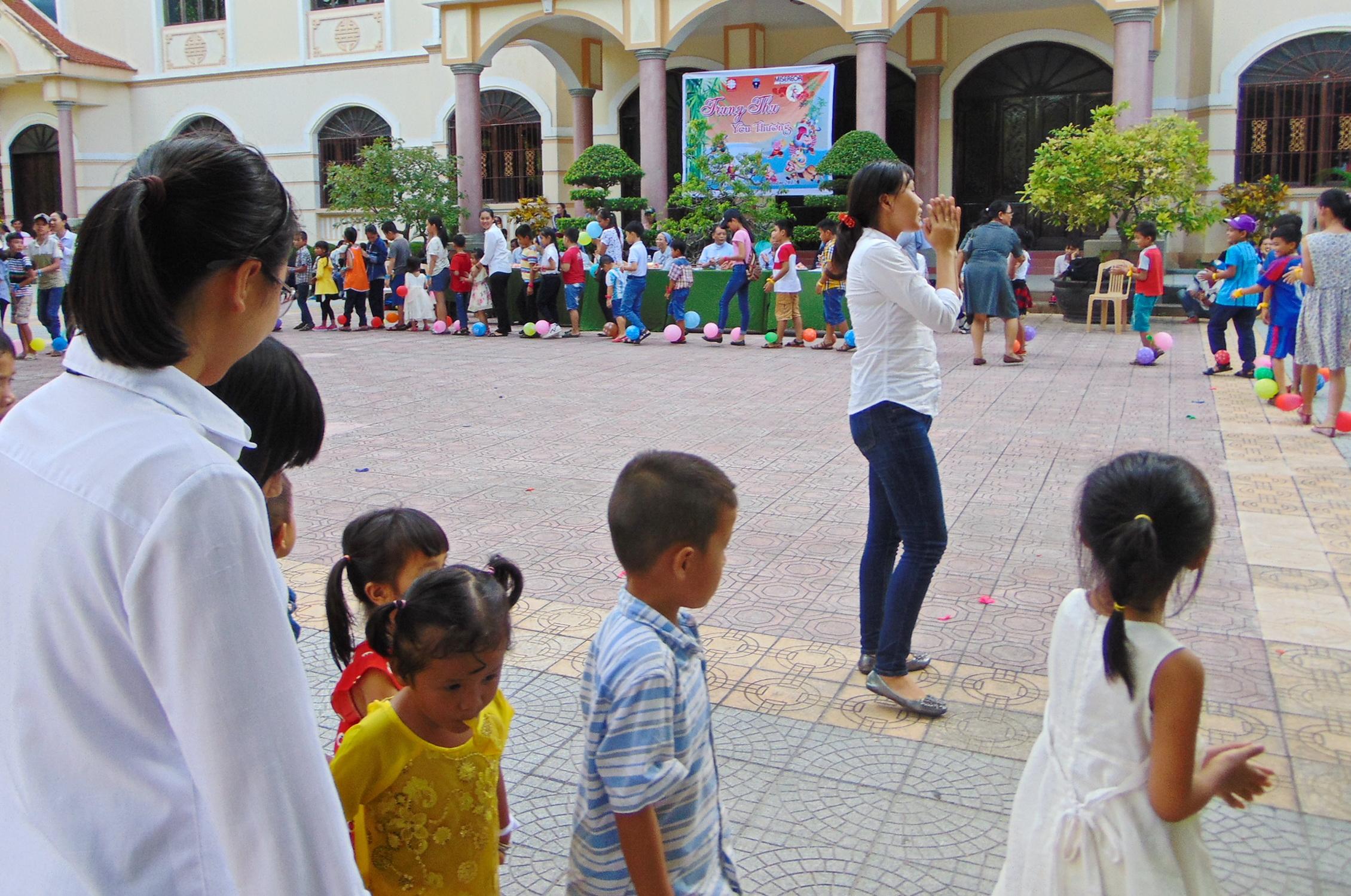 Các tình nguyện viên sinh hoạt với các em
